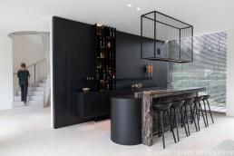 Interieurfoto van bar en traphal in een moderne woning.