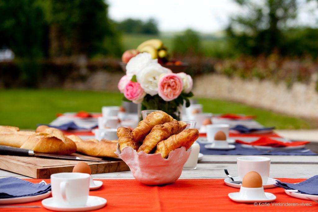 Buiten ontbijten met bloemen, vers uit de tuin.