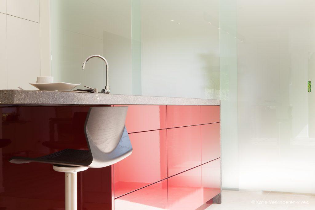 keuken in rood gelakt hout