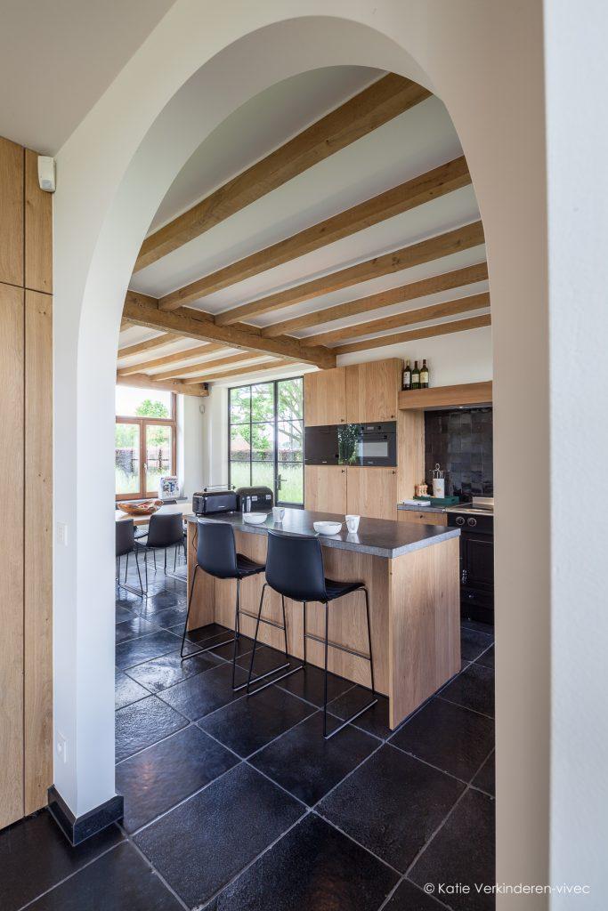 Sfeervolle keuken in een landhuis midden in de natuur