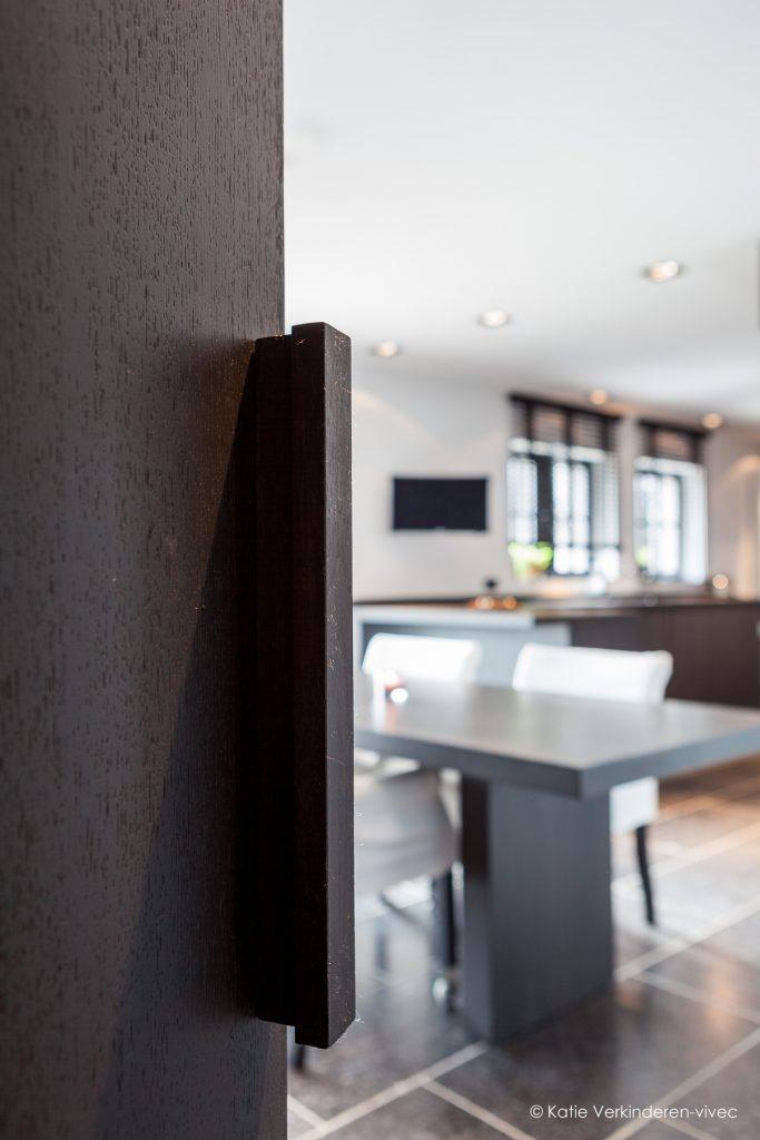 De deur in de kastenwand geeft toegang tot de keuken